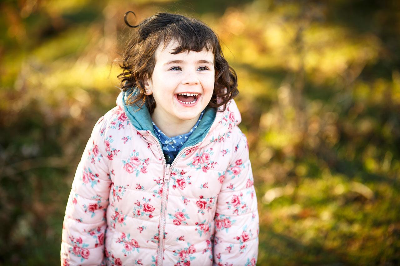 sonriendo en un reportaje de familia irun