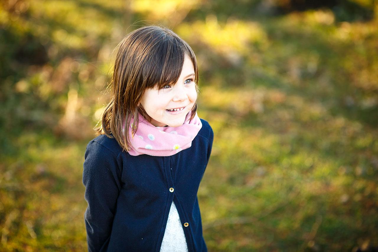 retrato a color con mirada ilusionada en un reportaje de familia