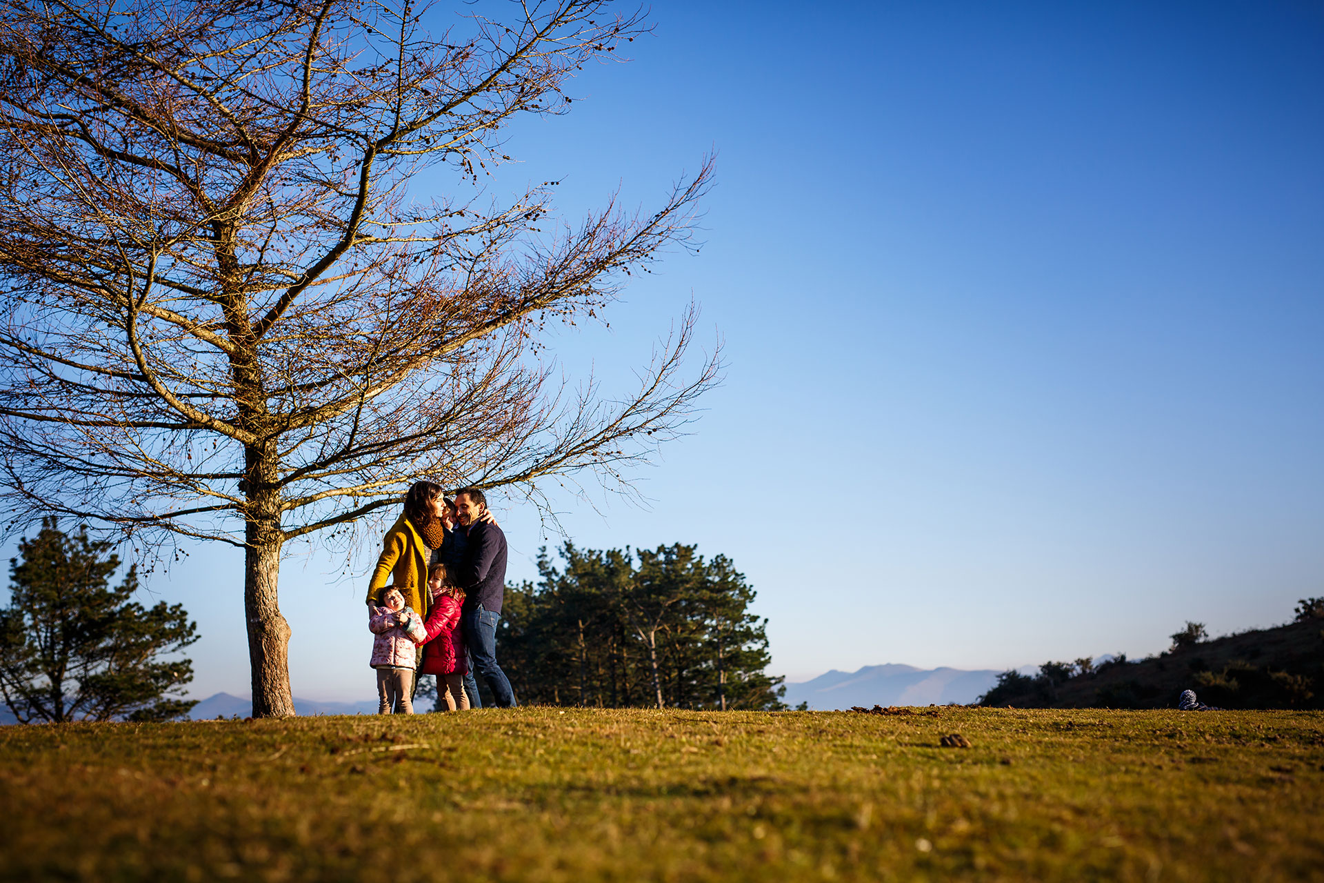 reportaje de familia en erlaitz familia abrazandose en el monte