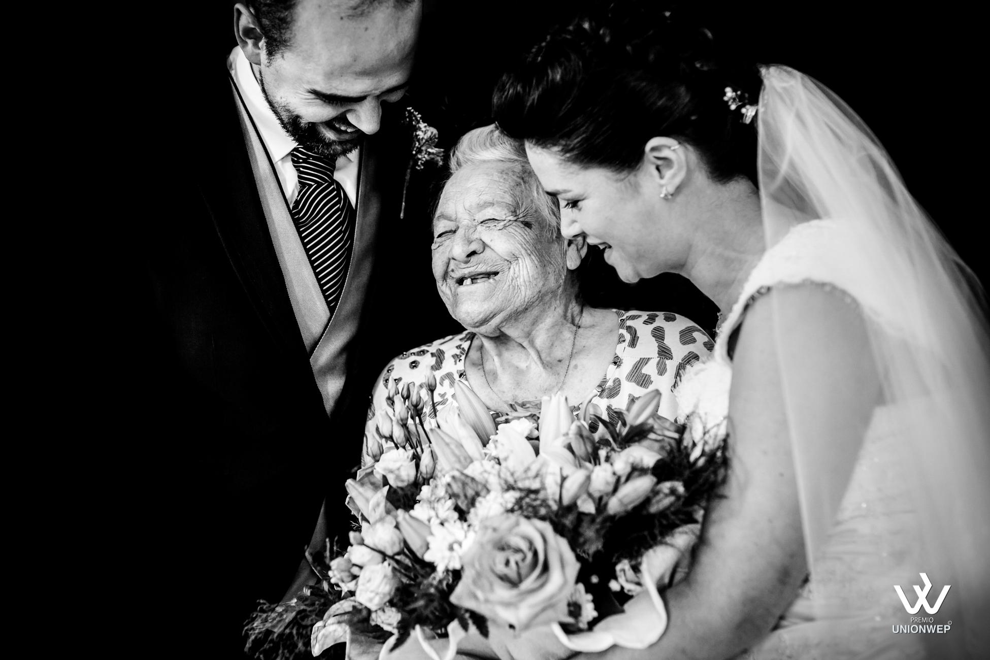abuela riendose con la nieta ramo de flores