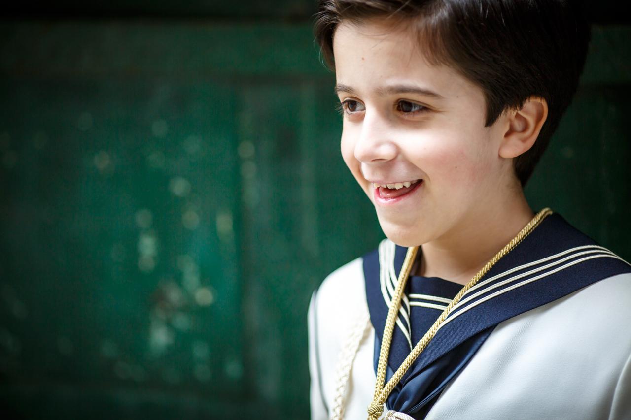 niño sonriendo pensando en su reportaje de comunión