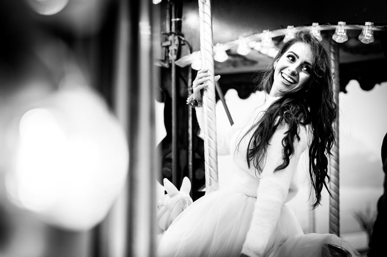 novia sonriendo en el carrusel
