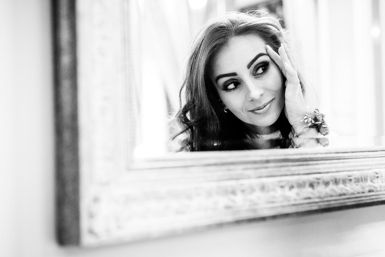 novia maquillandose en un espejo en el hotel maria cristina