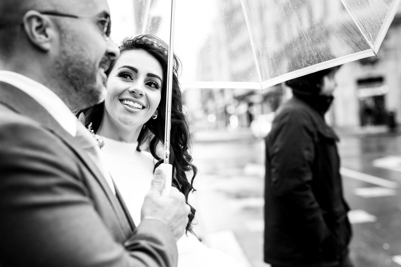 novia mirando a su esposo en un reportaje de boda en el hotel maria cristina