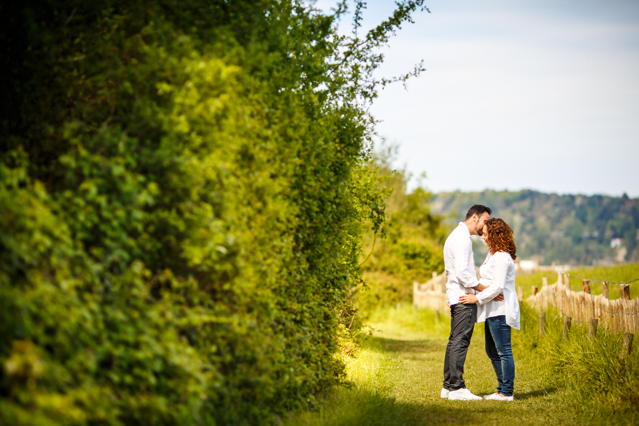 pareja romantica en un prado