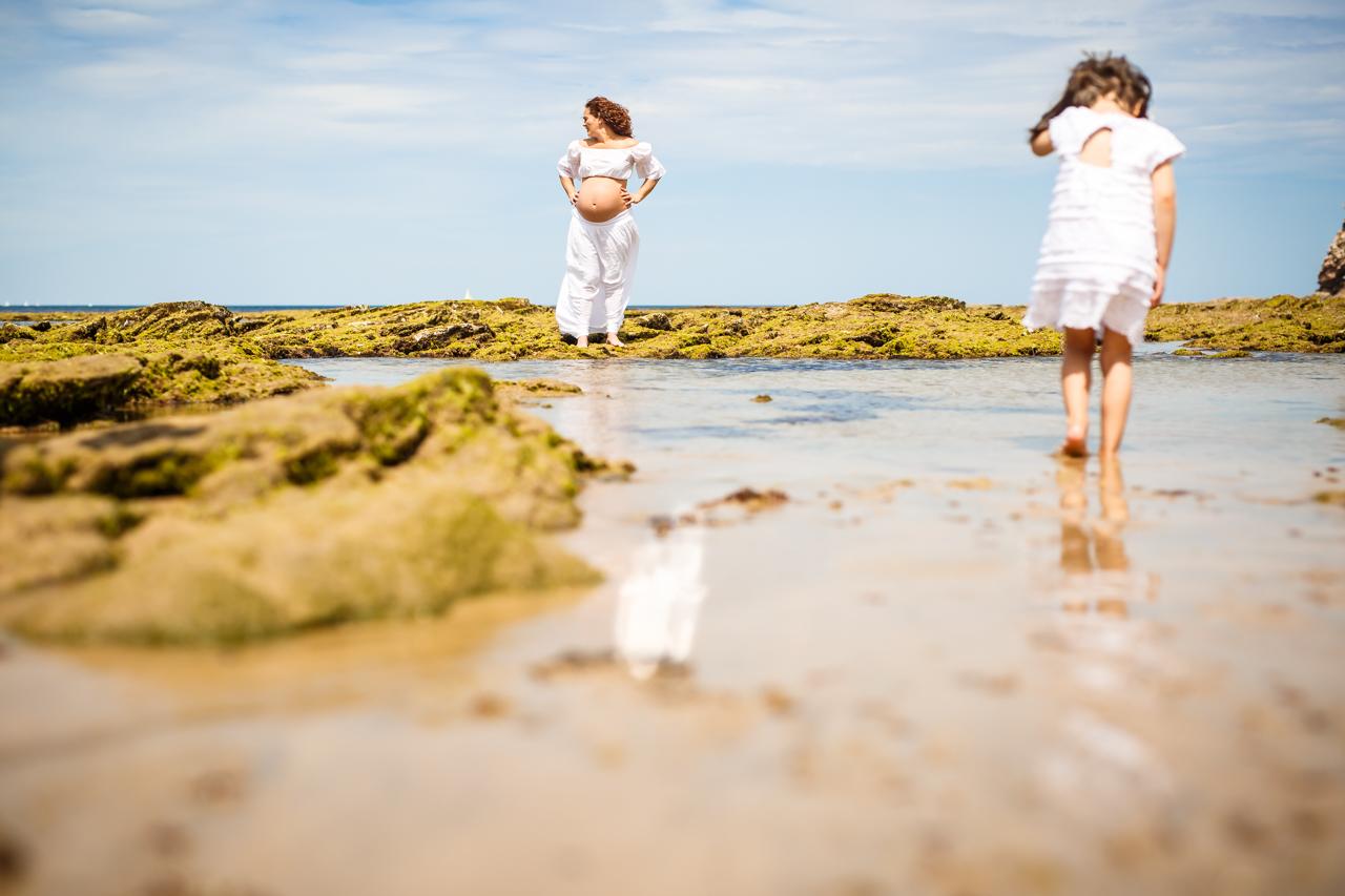 madre e hoja en la playa de hendaya en un reportaje de embarazo