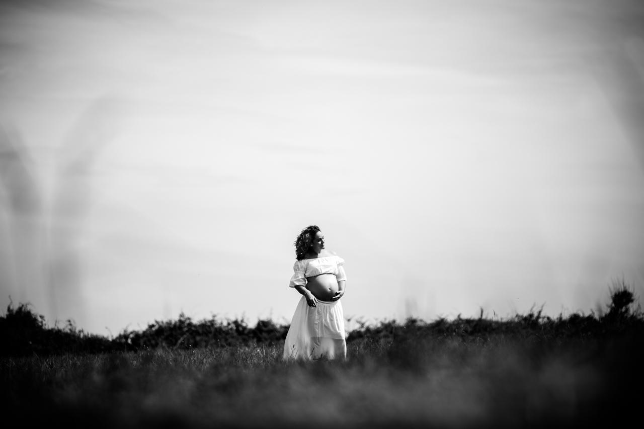 embarazada en un prado en la campa de hendaya sesión de embarazo