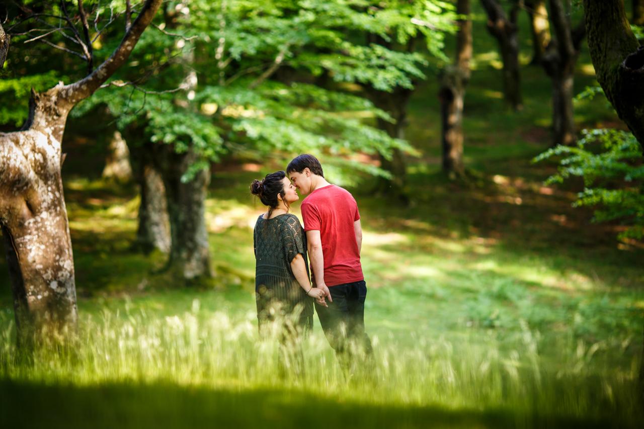 casi beso entre arboles del monte de oianleku