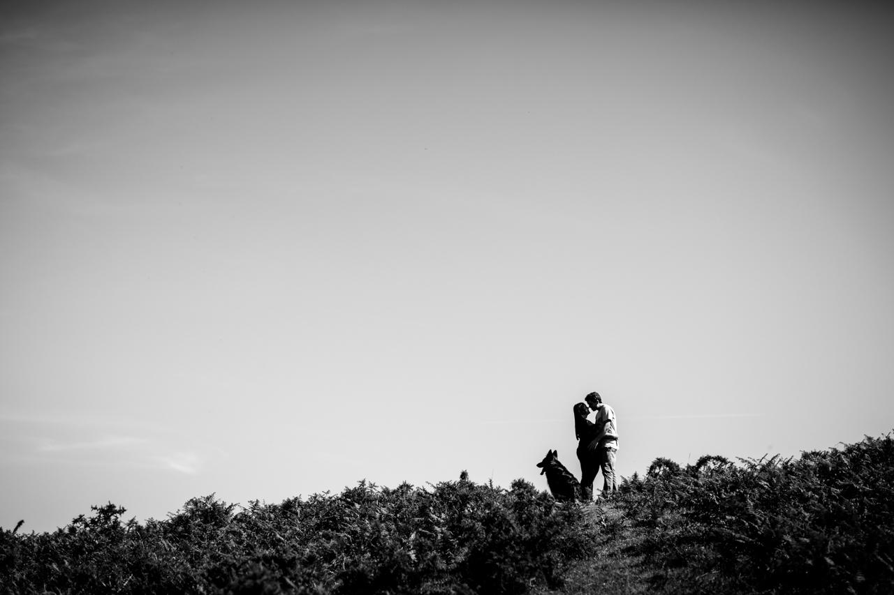 silueta de unos novios con su perro en el monte