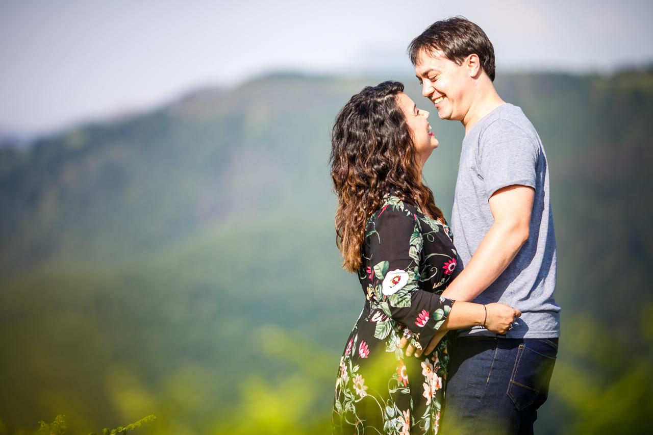 pareja en el monte de oianleku sonriendose