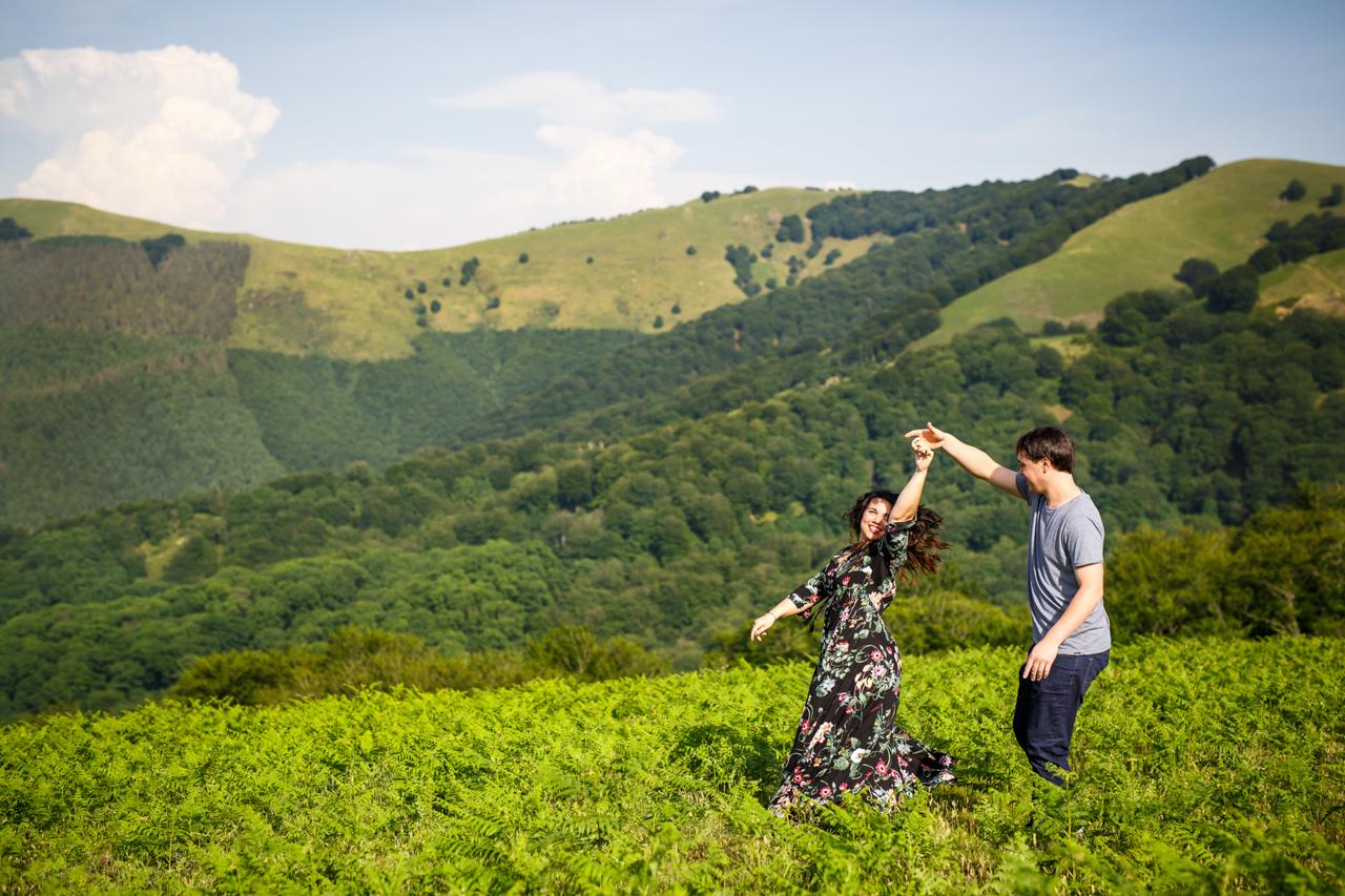 bailando y sonriendo en las laderas del monte de oiartzun oianleku