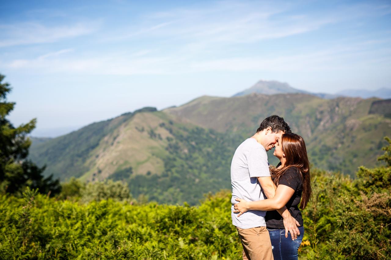 pareja besandose en un paisaje precioso en el monte de erlaitz