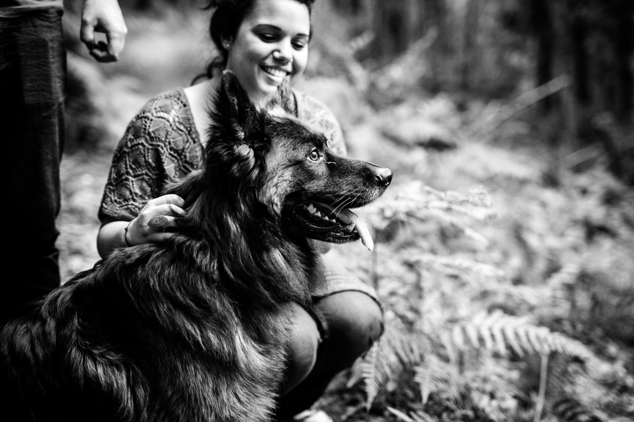 pareja con su perro en el monte de oianleku