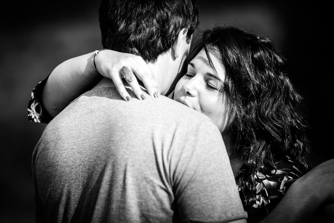 abrazo de la novia con los ojos cerrados al novio preboda en gipuzkoa