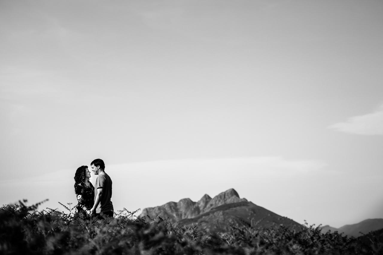 foto en blanco y negro de una pareja con peñas de aia de fondo