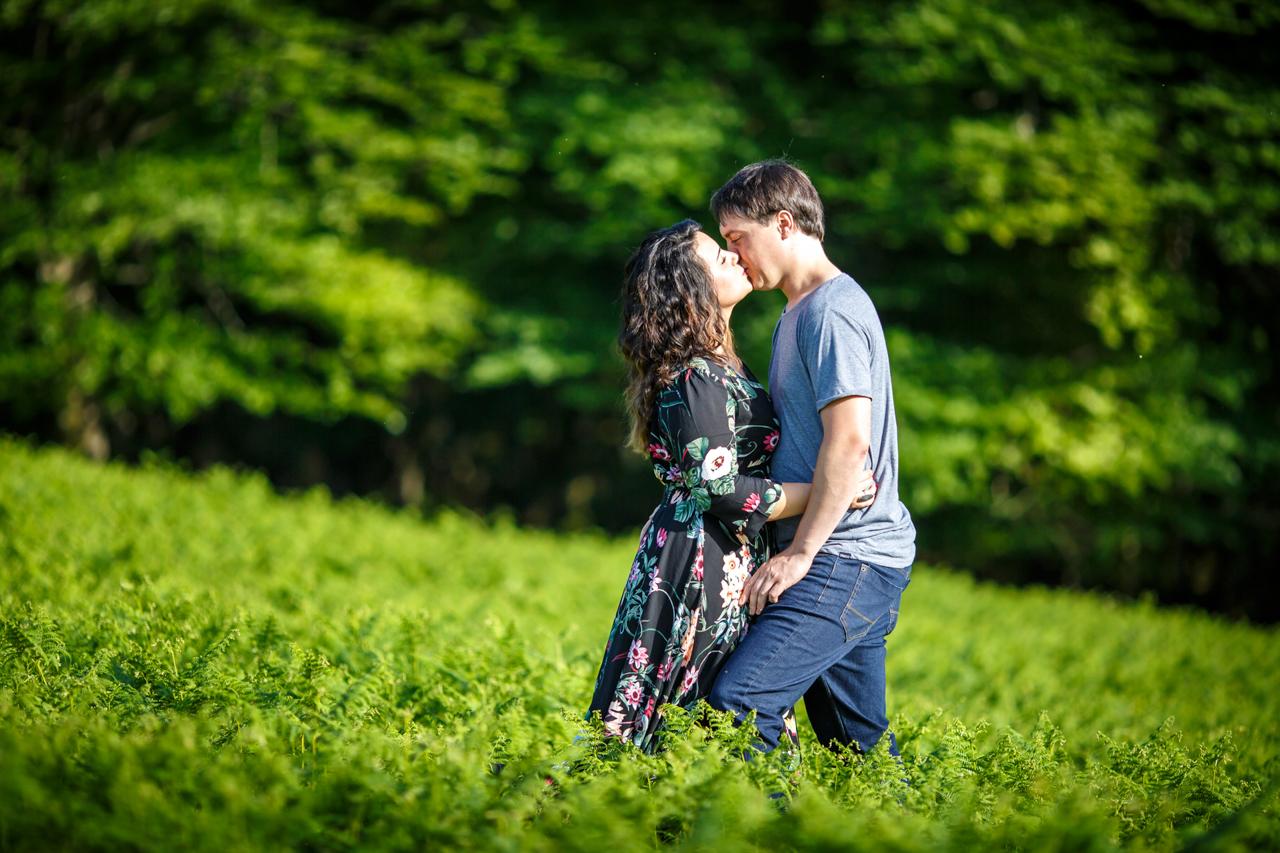 beso de una pareja en los montes de oiartzun y oianleku