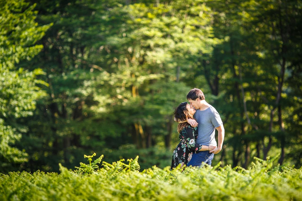 abrazo cariñoso del novio hacia la novia en una preboda en oianleku