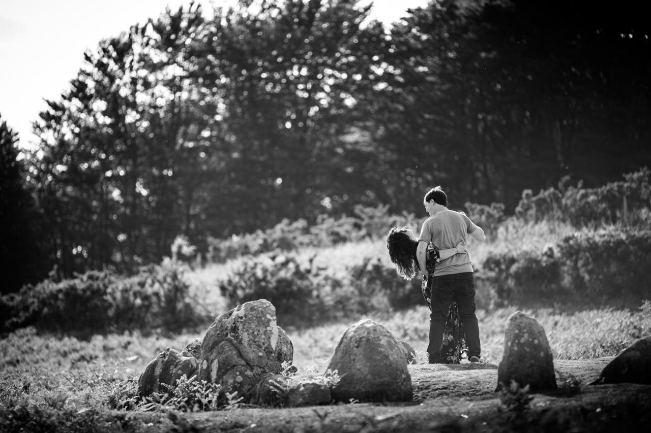 pareja de novios bailando enamorados en el monte de oianleku
