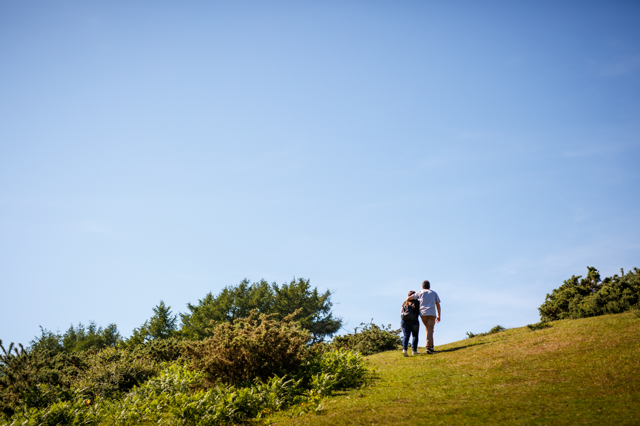 pareja subiendo la ladera del monte erlaitz abrazados