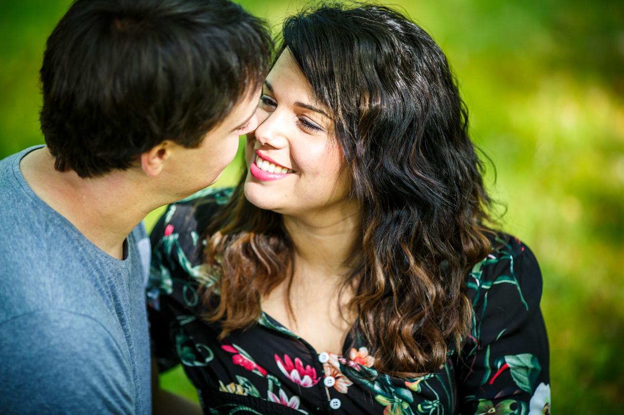 novia mirando enamorada a su futuro esposo en una preboda en oianleku