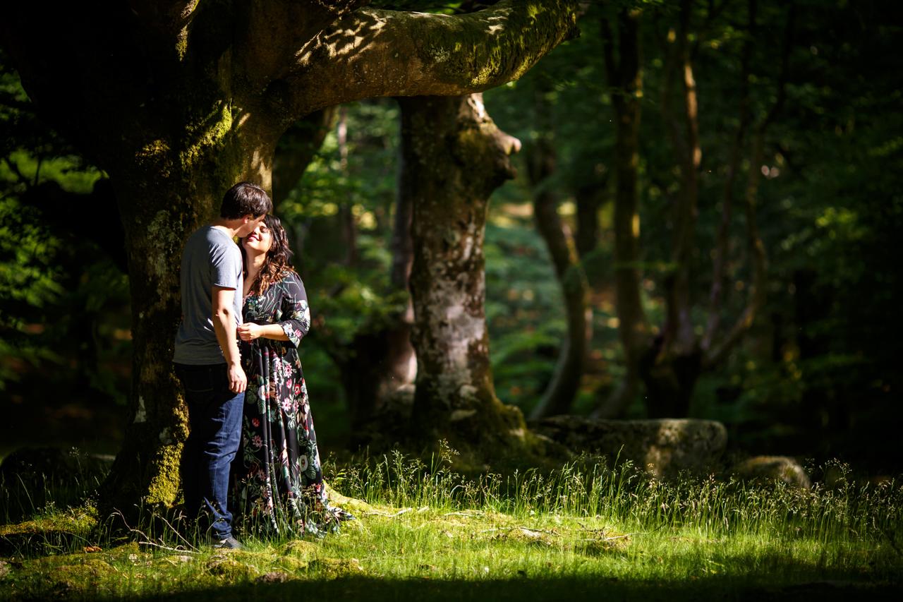 pareja de novios en el monte cerca de un arbol besandose en oianleku