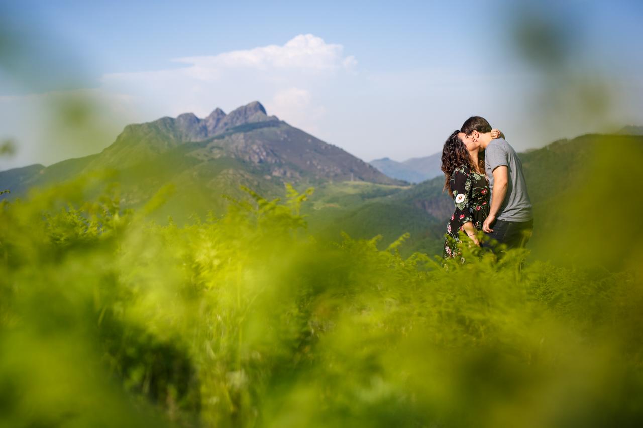 abrazo de una pareja en su reportaje de preboda en el monte de oianleku