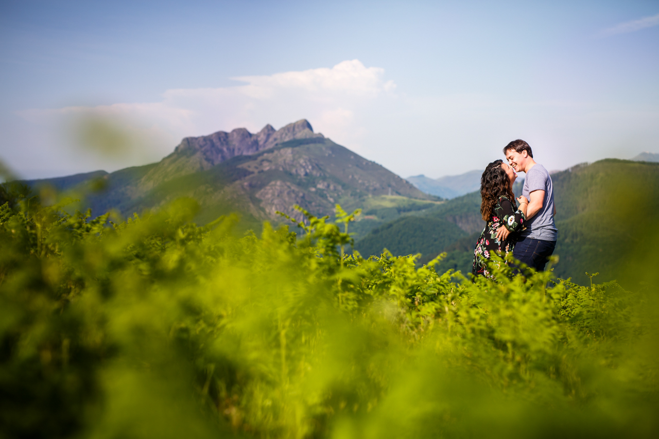 pareja riendose en el monte de oiartzun oianleku