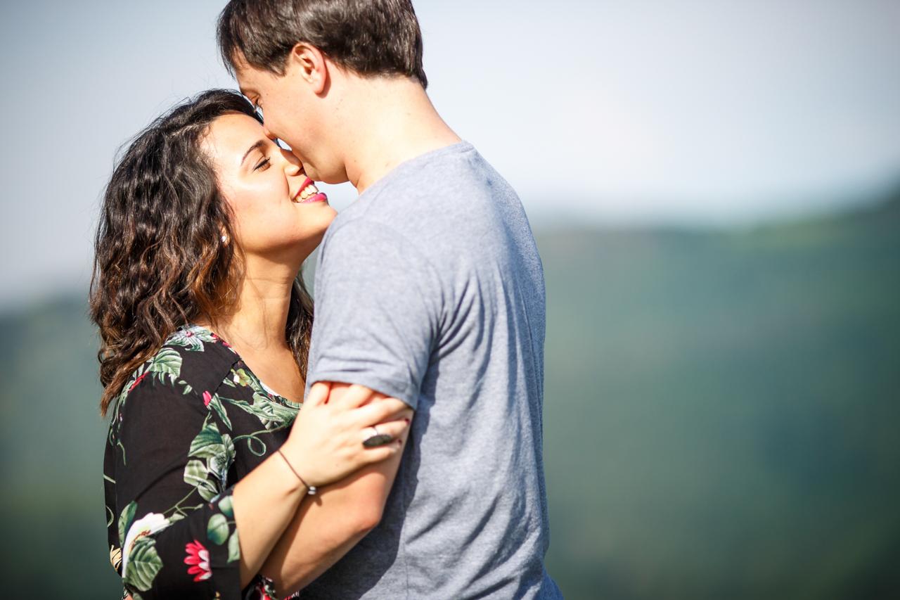 detalle del casi beso de una pareja en un reportaje de preboda en oianleku