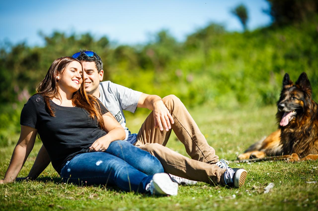 pareja relajada sentada en el monte de erlaitz