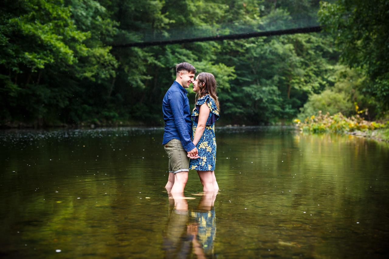 novios mirandose a los ojos en navarra fotografos de boda