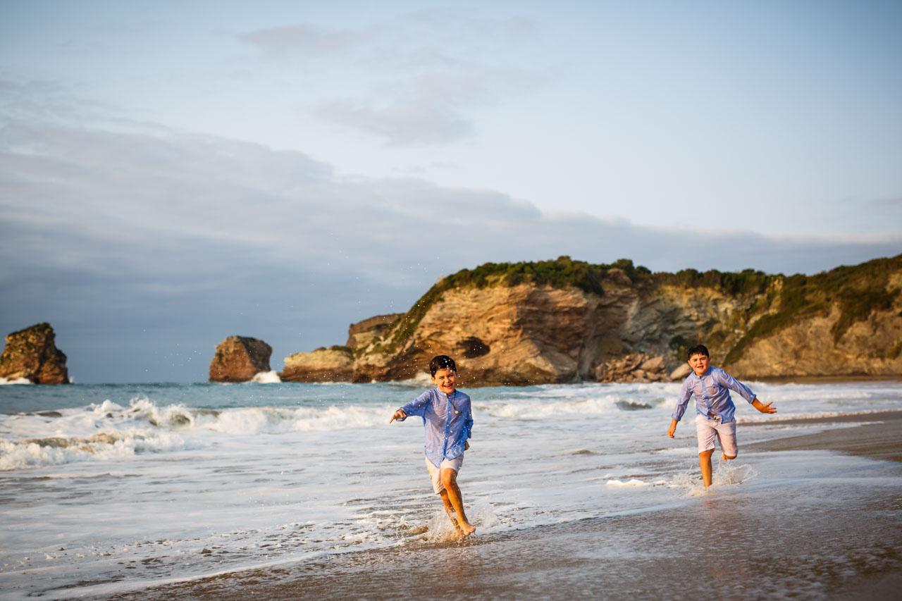dos niños saltando en el agua