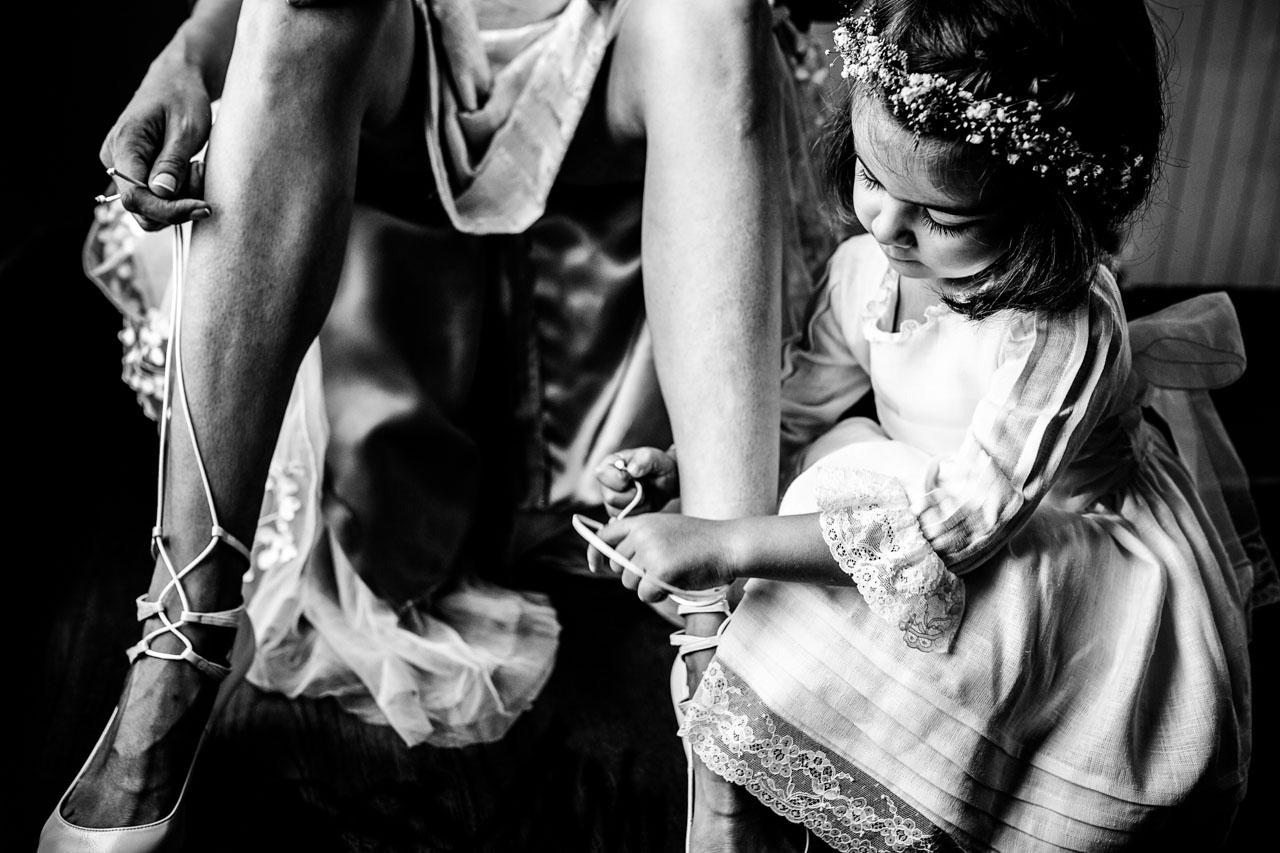 hija ata los zapatos a su madre en el hotel maria cristina fotografos en gipuzkoa