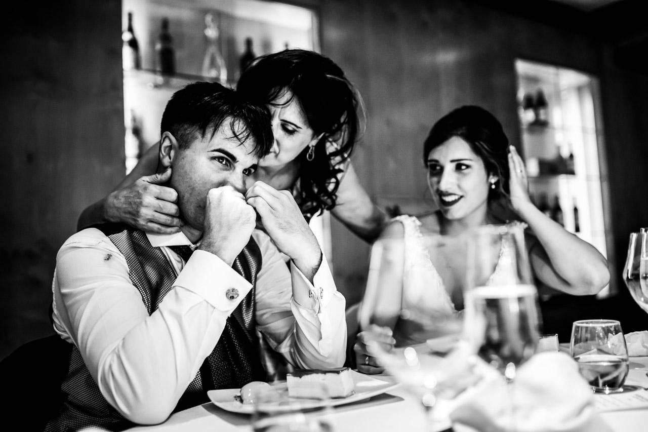 madre besa a su hija en el hotel jaizkibel de hondarribia boda en irun fotografos en gipuzkoa