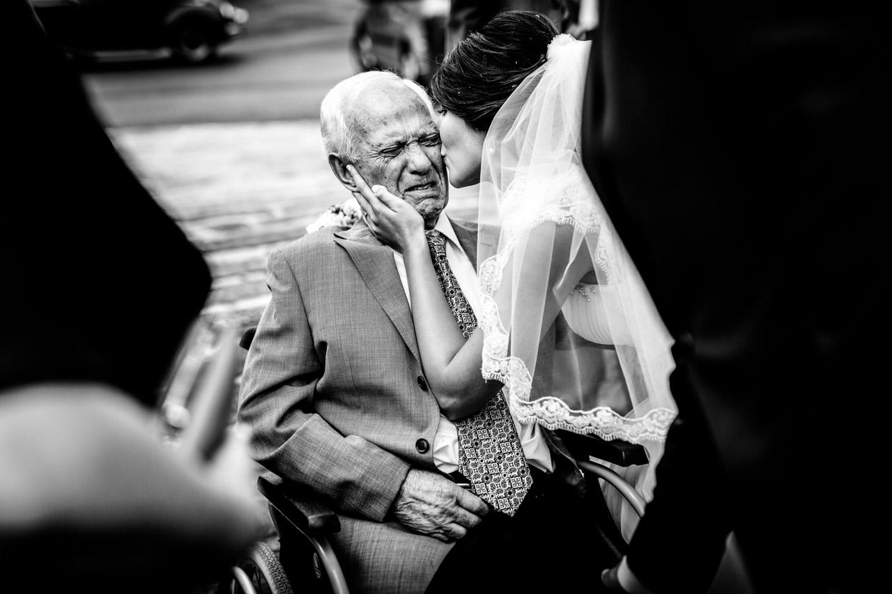 novia besando a su abuelo en el restaurante beko errota en una boda fotografos en gipuzkoa