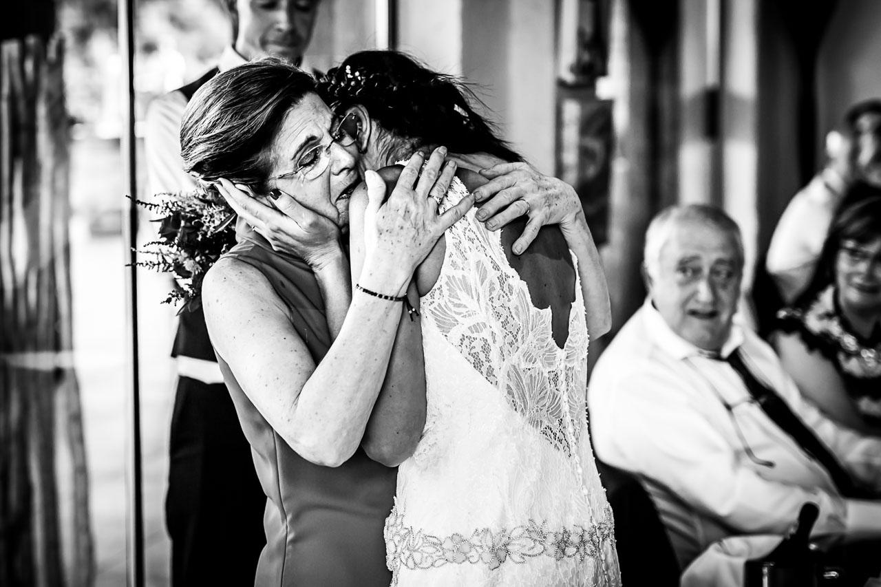 madre e hija emocionadas en el restaurante hiruzta en una boda fotografos en gipuzkoa