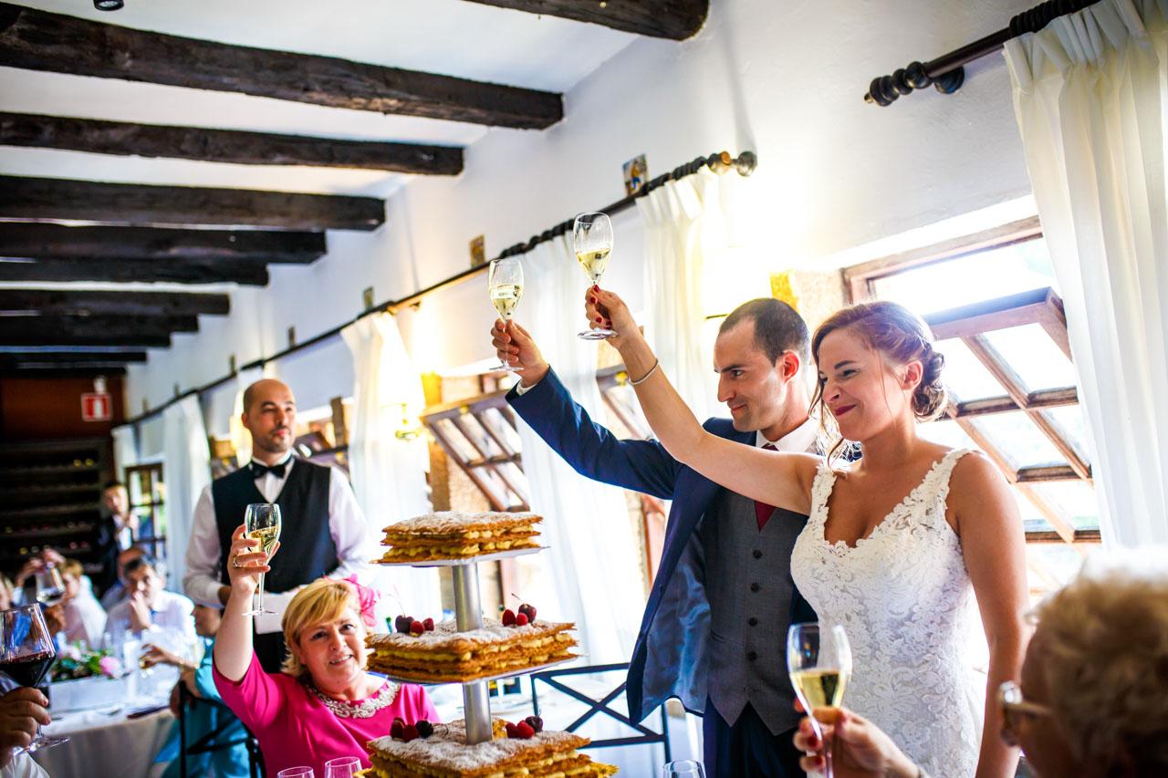novios brindando con todos en una boda en guadalupe