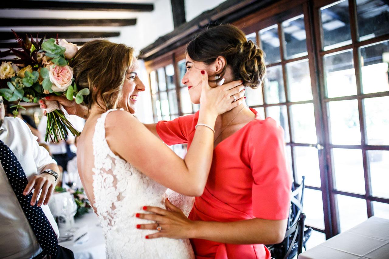 la novia abrazando a una amiga en una boda en guadalupe
