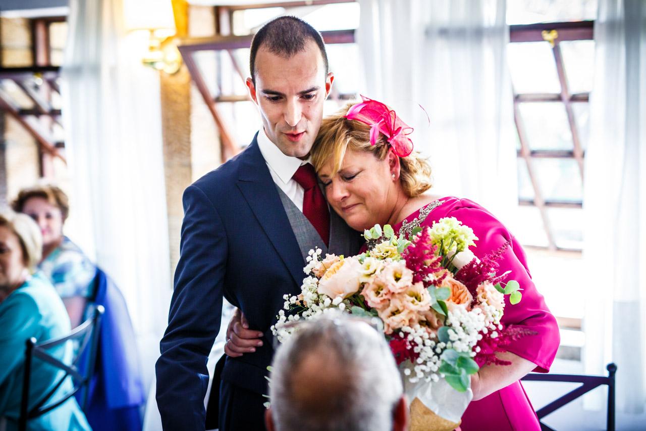 el novio abrazando a su madre en una boda en guadalupe