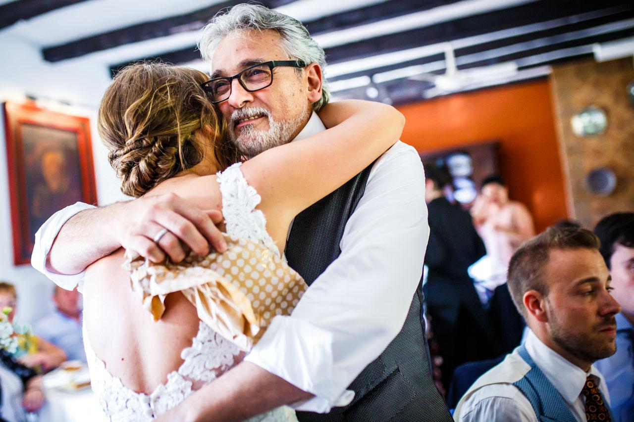 la novia abrazando a su padre en una boda en guadalupe