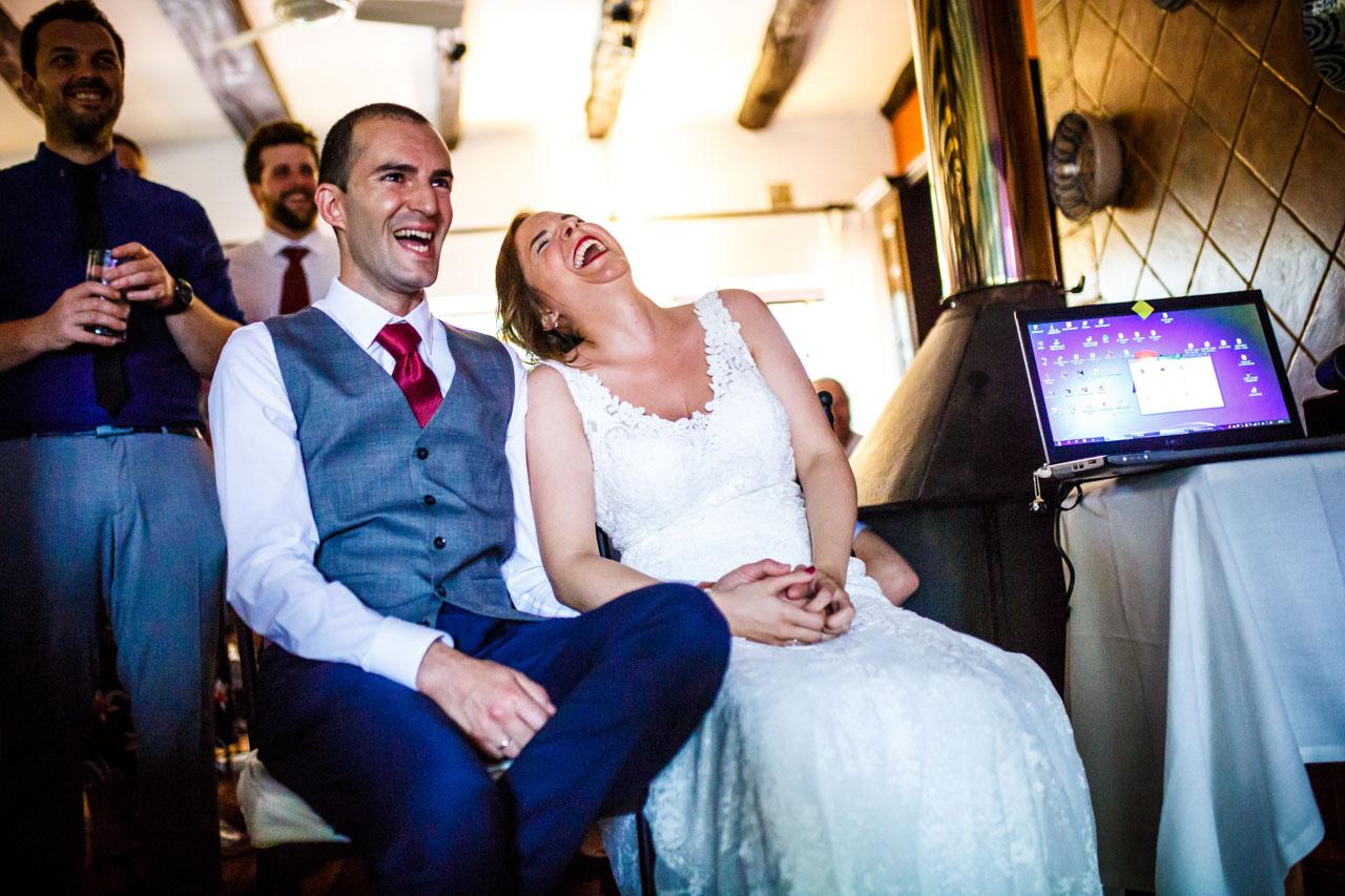 los novios riéndose al ver un vídeo en una boda en guadalupe