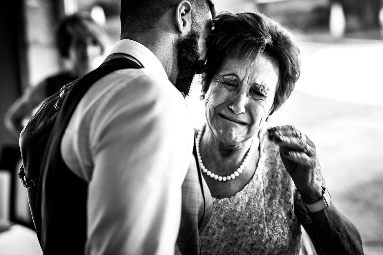 abrazo emotivo de la abuela al nieto en una boda en oiartzun