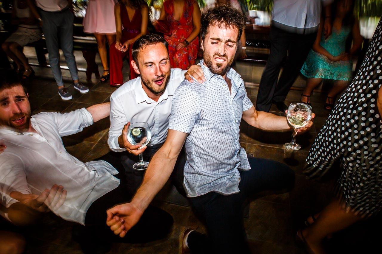 los amigos bailando en una boda en oiartzun