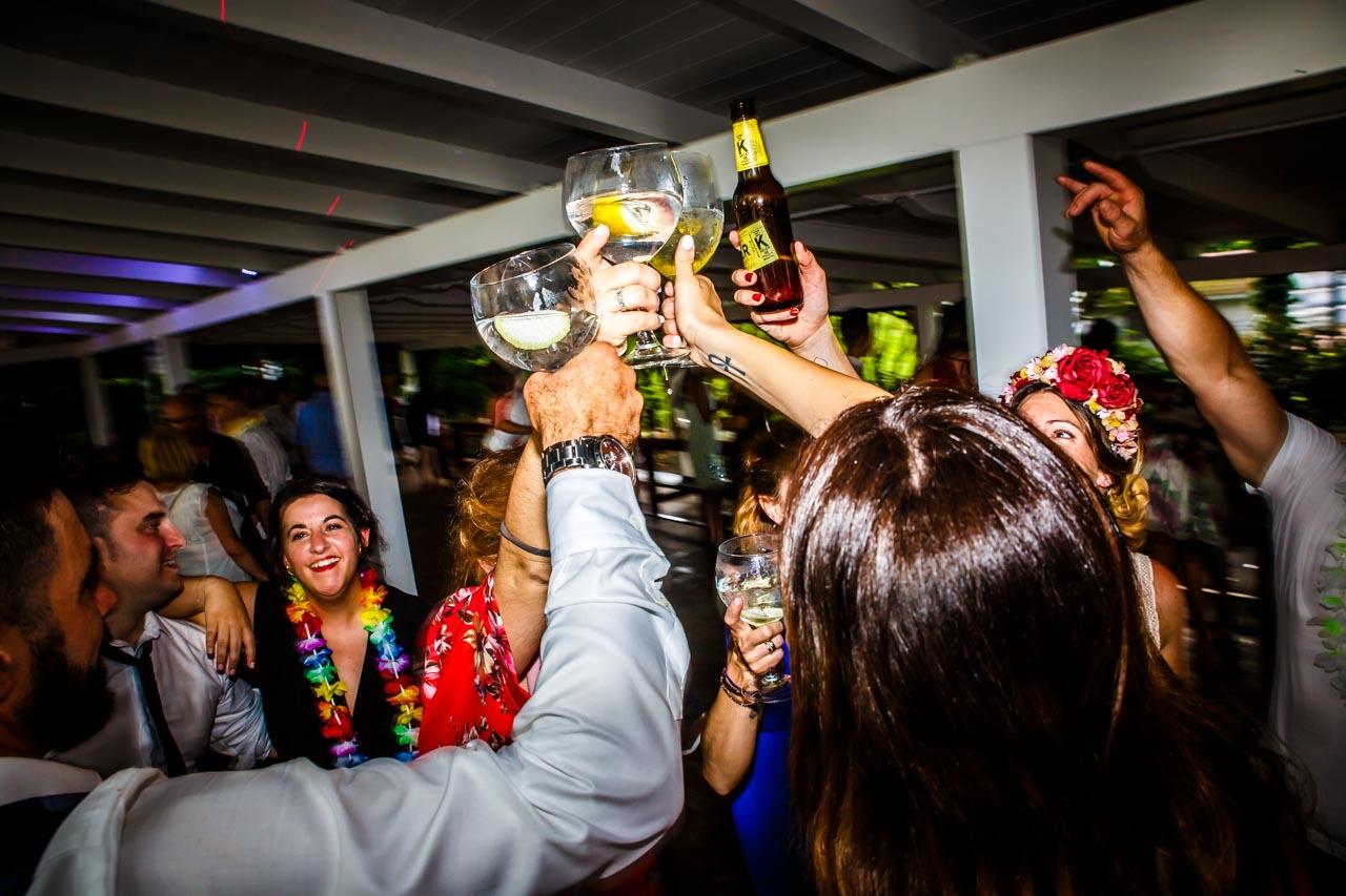 la novia brindando con los amigos en una boda en oiartzun