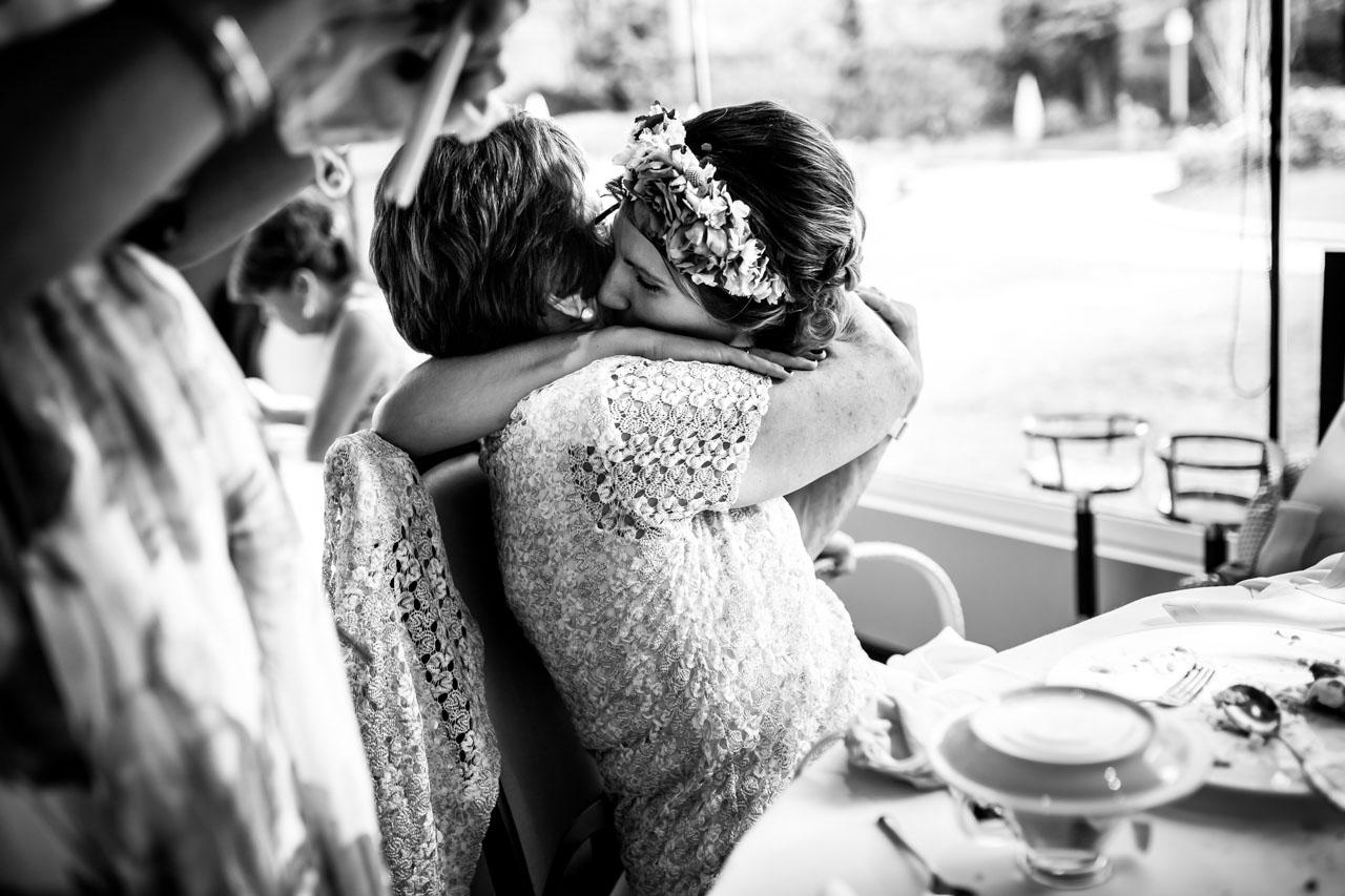 abrazo de la novia a la abuela en una boda en oiartzun