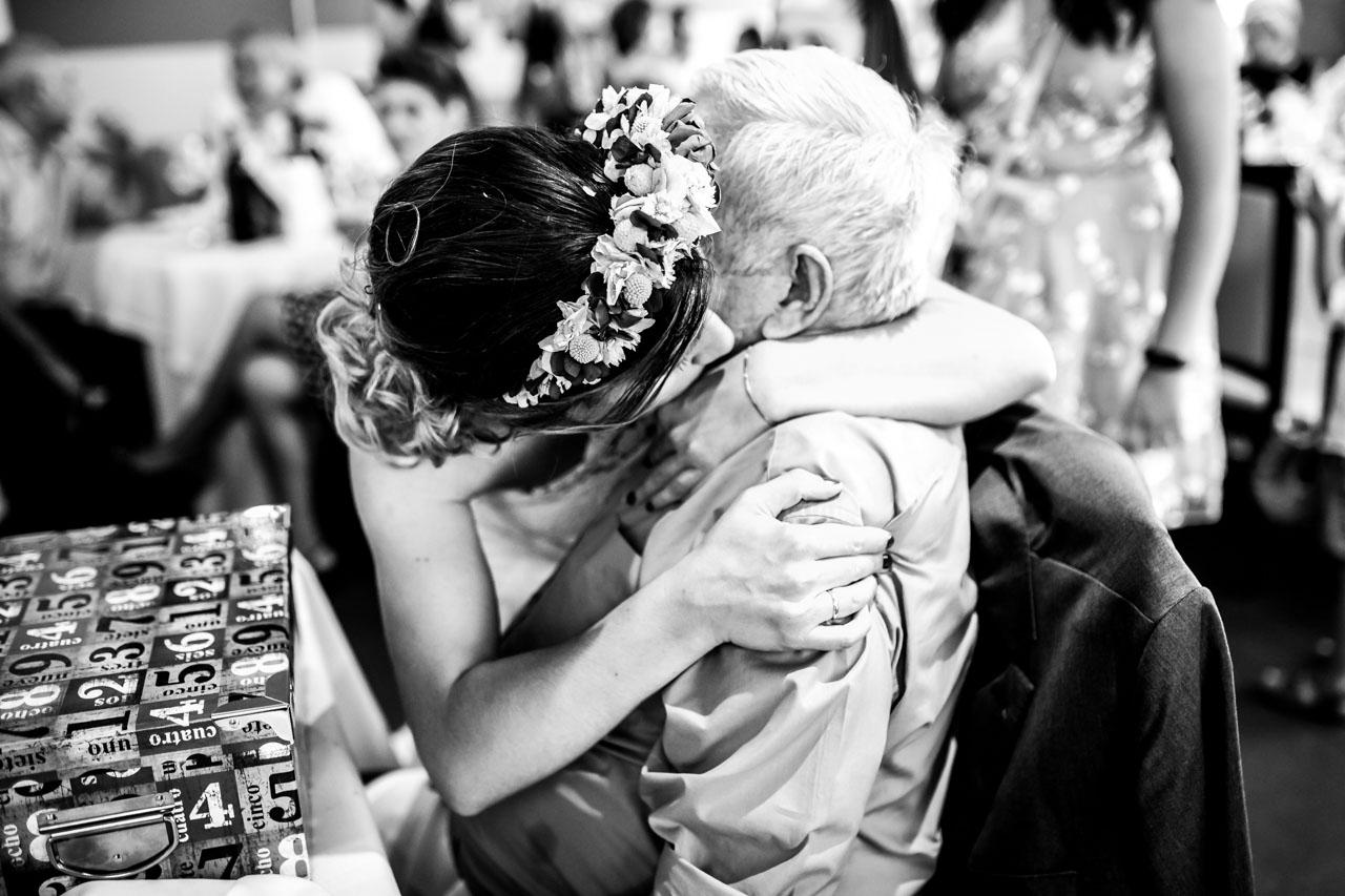la novia abrazando al abuelo en una boda en oiartzun