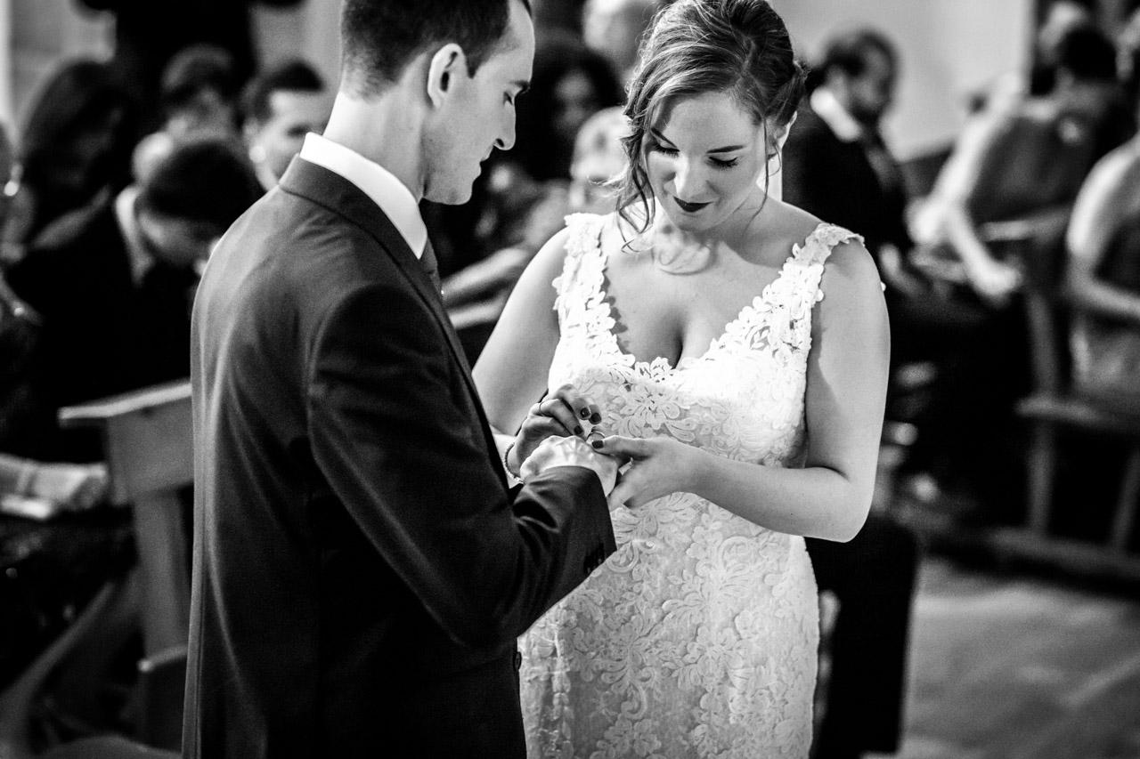 la novia poniendo el anillo al novio en una boda en guadalupe
