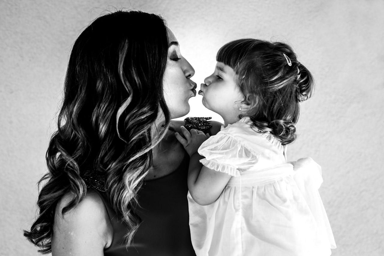 tia y sobrina dandose un beso en una boda en oiartzun