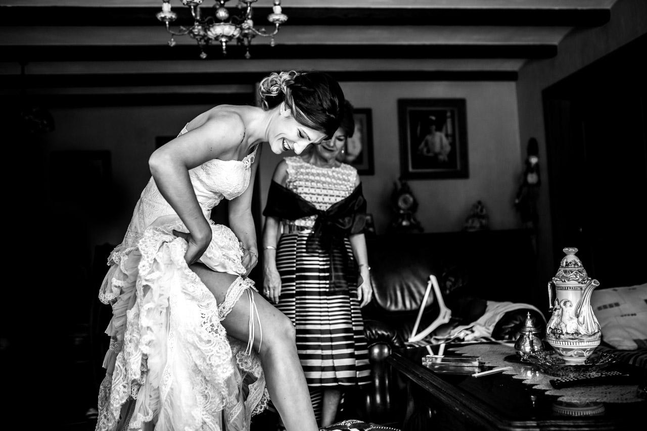 la novia poniendose la liga en una boda en oiartzun