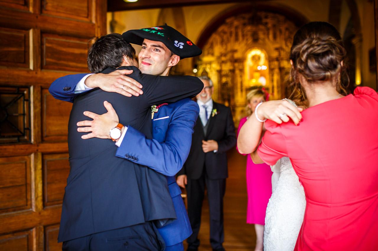 abrazo de los novios a sus amigos en una boda en guadalupe