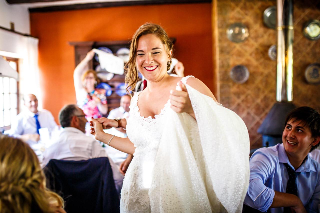 la novia en la entrada al restaurante en una boda en guadalupe